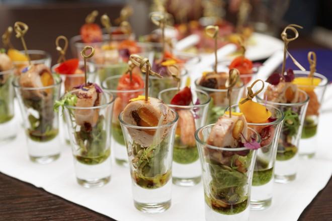 Beim Heiraten auf der Elbe bietet orginell angerichtetes Fingerfood einen schönen Blickfang auf dem Buffet.