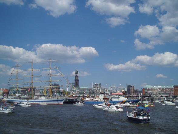 Beim Hamburger Hafengeburtstag 2017 tummeln sich Großsegler und Sportboote auf der Elbe
