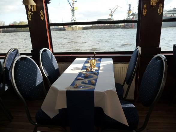 Das Fahrgastschiff Viktoria verfügt über große Panoramafenster.