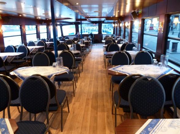 Das Fahrgastschiff Viktoria verfügt über einen geräumigen Salon.